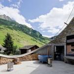 Panorámás hobbit-lak a svájci Alpokban