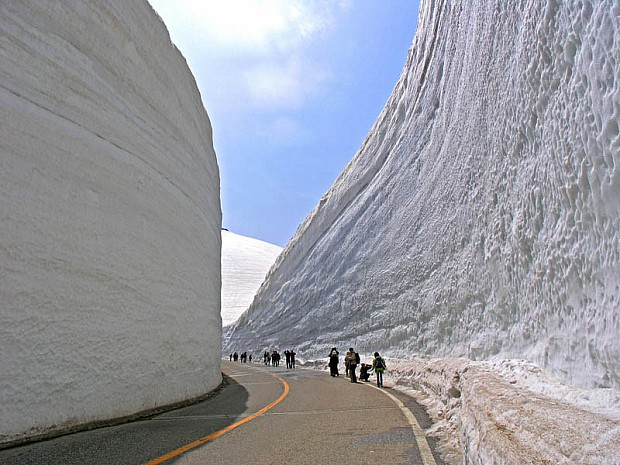 tateyama-kurobe-alpine-route-snow-corridor-20-meters-65-ft-walls-5