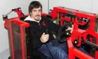 Alonso ezzel a hitech kondigéppel edzi a nyakát:  Technogym F1