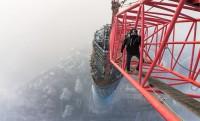 Biztosítás nélkül a 650 m magasan lévő daru tetején, lélegzetelállító fotók + videó