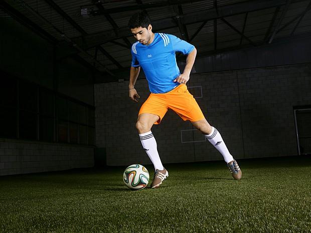 Luis-Suarez-adidas-primeknit-dribbling_3091199