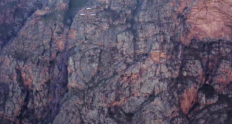 Balközépen felül a 3 világos pötty a 3 kapszula, ahova fel kell mászni
