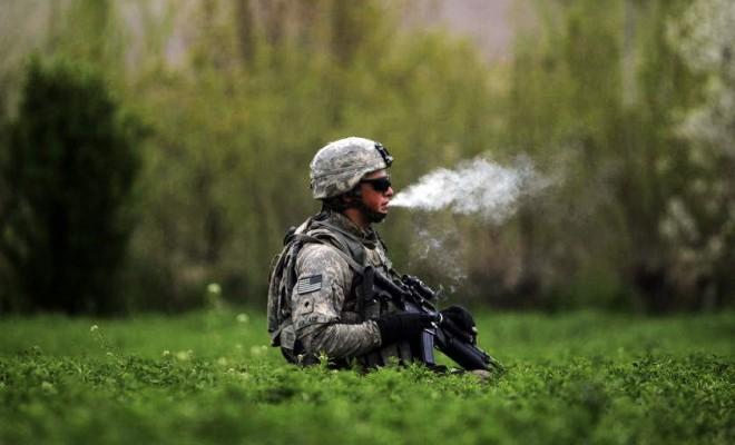 Marihuána ültetvényen füvescigit szívó amerikai katona