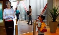 Hologram-utaskísérők a párizsi reptéren