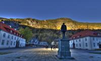 A kisváros főterét óriás tükrök világítják be