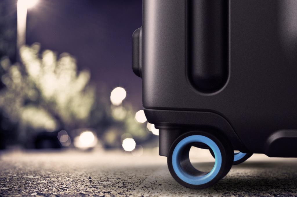 bluesmart-connected-suitcase-outdoor-1024×682