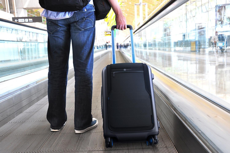 bluesmart-connected-suitcase-travelator-1500×1000