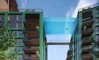 25 méteres üvegaljú medence két tízemeletes között, kilátással a parlamentre